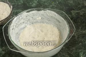 Форму для запекания хорошо смажем сливочным маслом и обсыплем подсушенной хлебной крошкой.