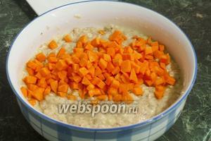 Смешаем фарш с размятым в молоке хлебом и добавим мелкие кубики тыквы.