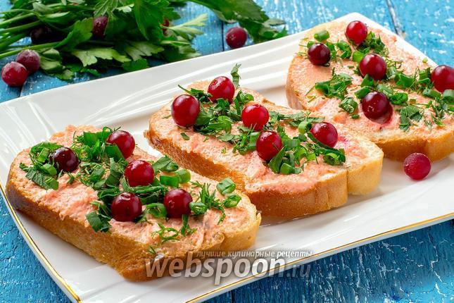 Фото Бутерброды с икрой мойвы, клюквой и зеленью