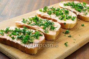 Посыпаем бутерброды зеленью.