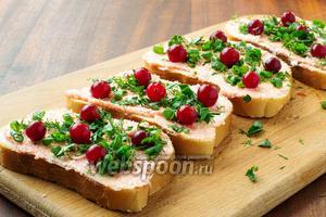 Клюкву распределяем по бутерброду, составляя яркую аппетитную картинку (замороженную клюкву следует перед приготовлением разморозить).