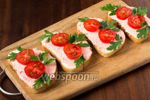 Укладываем помидоры на слой икры мойвы, украшаем листочками петрушки — и лакомимся вкусными бутербродами.