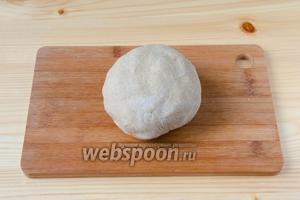Добавить в пюре ржаную муку и замесить тесто, не липнущее к рукам. Муки может уйти чуть больше или меньше.