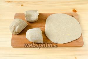 Разделить тесто на 4 части и раскатать каждый кусочек в лепёшку.