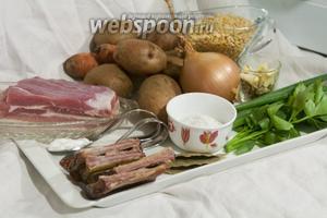 Соберём всё для горохового супа со свининой: свиную грудинку, копчёные свиные рёбрышки, сухой горох, картофель, морковь, лук репчатый, лук зелёный, коренья (смесь петрушки, сельдерея и пастернака), любисток, соль, лавровый лист, сухую аджику, соду.