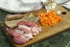 Моем и режем мясо свинины на кусочки среднего размера. Морковь и коренья — в форме кубиков.