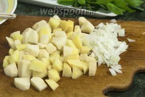 Нарезаем картофель и лук и, за 25 минут до окончания варки, закладываем их в суп.