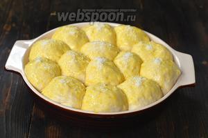 Смазать пирожки сверху желтком, разболтанным с 2 столовыми ложками ананасового сиропа, посыпать кокосовой стружкой.
