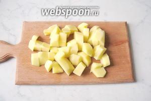 Картофель почистить, помыть и нарезать кубиками.