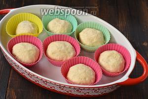 Сформировать булочки и выложить их в небольшие формы для маффинов швом вниз. Оставить в тёплом месте под полотенцем на 20 минут.
