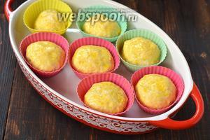 Смазать булочки сверху желтком, разболтанным с 1 столовой ложкой воды.
