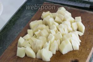 Картофель следует нарезать помельче и добавить в уху, когда морковь с луком проварятся 15 минут.
