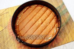 Даём бисквиту полностью остыть и возвращаем в форму.