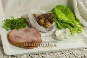 У нас есть уже нарезанная ветчина, сыр Дор Блю, салат Мона, кресс-салат и вяленый инжир. Собрать закусочные рулетики можно в считанные минуты.