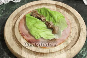 По центральной оси листа салата — кусочки вяленого инжира.