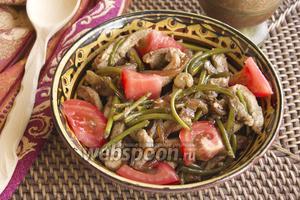 Тёплый салат со стрелками чеснока