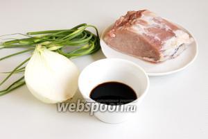 Подготовьте свежие молоденькие стрелки чеснока, свинину, соевый соус и репчатый лук.