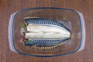 Второе филе также посолить и приправить с 1 стороны, со стороны мяса, и положить кожицей вверх на лимоны. Рыбу оставить хотя бы на 1 час промариноваться, необязательно ставить в холодное место, главное не держать на солнце.
