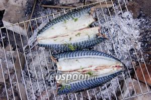Далее жарим рыбу на решётке, выкладывая кожицей вверх. Критерий для переворачивая — приятный аромат и румяное мясо.