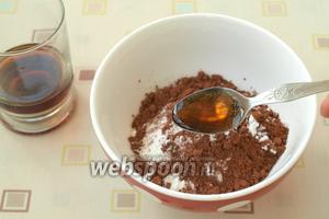 Для глазури соединить сахарную пудру и какао порошок. Постепенно добавить 4-5 ч. л. кока-колы.