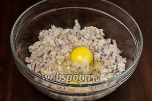 Добавляем яйцо, молоко от булки, солим, перчим и тщательно вымешиваем фарш до гладкости.