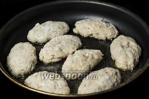 Формируем котлеты, панируем их в муке или сухарях (я предпочитаю муку), выкладываем на сковороду с разогретым подсолнечным маслом.