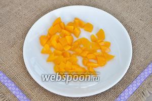 1/2 персиков из банки нарезать на кусочки.