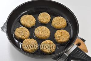 Обжарьте котлеты до готовности на сковороде с подсолнечным маслом.