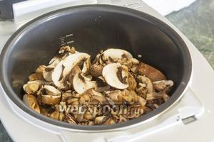 Добавляем нарезанные грибы в чашу мультиварки.