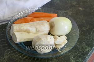 Почистим все овощи: чеснок, лук, морковь, корень сельдерея, пастернак и корень петрушки.