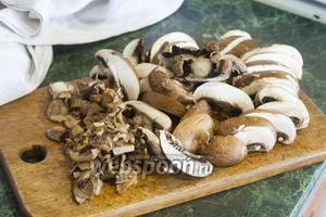 Достанем пластинки размоченных белых грибов, порежем крупно королевские шампиньоны.