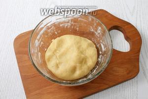 Добавляем воду, перемешиваем и частями вводим остальную муку, замешиваем упругое тесто.