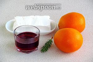 Для приготовления напитка нужно взять мороженое, апельсиновый сок, малиновый сироп и несколько иголочек сосновой хвои.