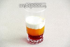 Сверху в стакан положить слегка подтаявшее мороженое.