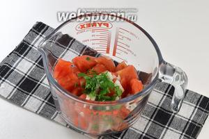 Добавить мелко нарезанную петрушку и подсолнечное масло, соль и перец.