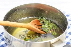 Из насыщенного мятой сиропа вылавливаем листья (ветки).