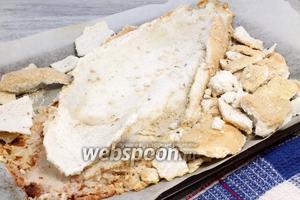 «Освобождённый» толстолобик поддеваем широкой лопатой и переносим на презентационную тарелку — солевые обломки выбрасываем.