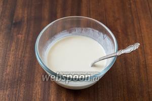 В йогурте размешиваем до растворения мёд. Я использую для таких целей акациевый, который до следующего урожая почти не застывает, поэтому его размешать легче, чем любой другой.