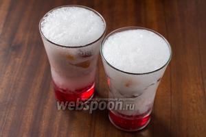 Заливаем холодной газированной водой. Подаём с трубочкой и коктейльной ложкой для фруктов.
