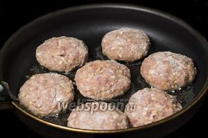 Панируем котлеты в муке или панировочных сухарях. Выкладываем на сковороду с разогретым подсолнечным маслом.