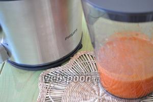 С помощью соковыжималки приготовим свежий фреш.