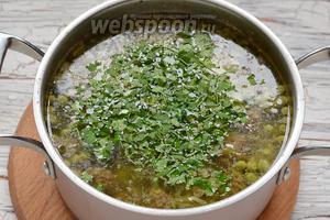 В конце готовки добавить подготовленный лук и нарезанную петрушку.