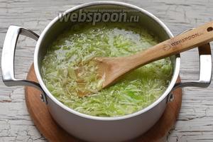 Воду довести до кипения. Опустить в кипящую воду картофель. Через 5 минут добавить капусту.