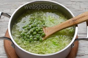Через 3 минуты добавить горошек. Приправить суп солью по вкусу.