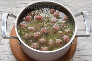 Опустить фрикадельки в суп и готовить на протяжении 15 минут.