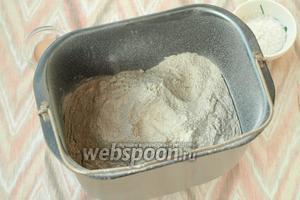 Затем просеять пшеничную и ржаную муку.