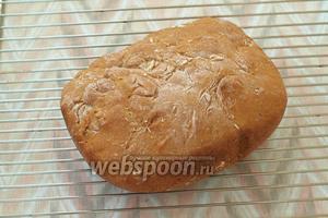 По окончанию выпечки, хлеб извлечь из ведёрка и поместить на решётку. Нарезать полностью остывший хлеб. Приятного аппетита!