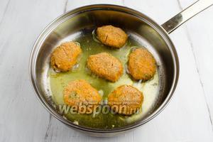 Разогреть масло в сковороде. Приплюснуть немного шарики и выложить котлеты на горячую сковороду. Обжарить в течение 3-5 минут на тихом огне.