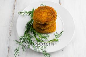 Готовые котлеты выкладывать на блюдо. Подавать горячими или холодными с овощами и сметаной.
