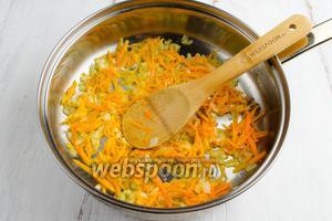 Разогреть масло в сковороде (2 ст.л.). Лук пассеровать до прозрачности. Добавить морковь. Пассеровать до готовности минут 5-7.